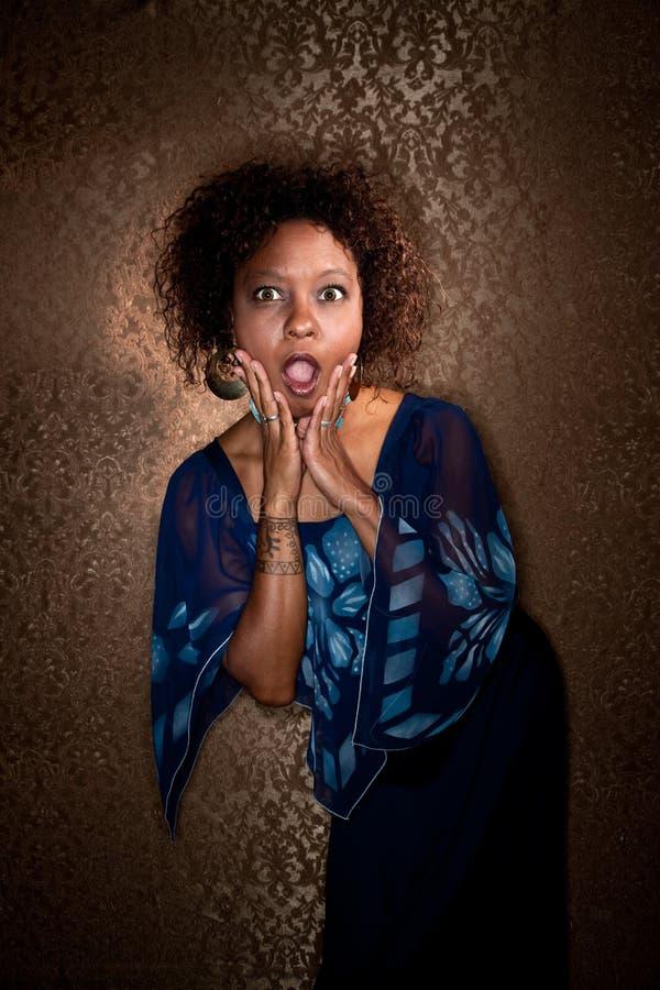Mulher do americano consideravelmente africano no vestido azul foto de stock
