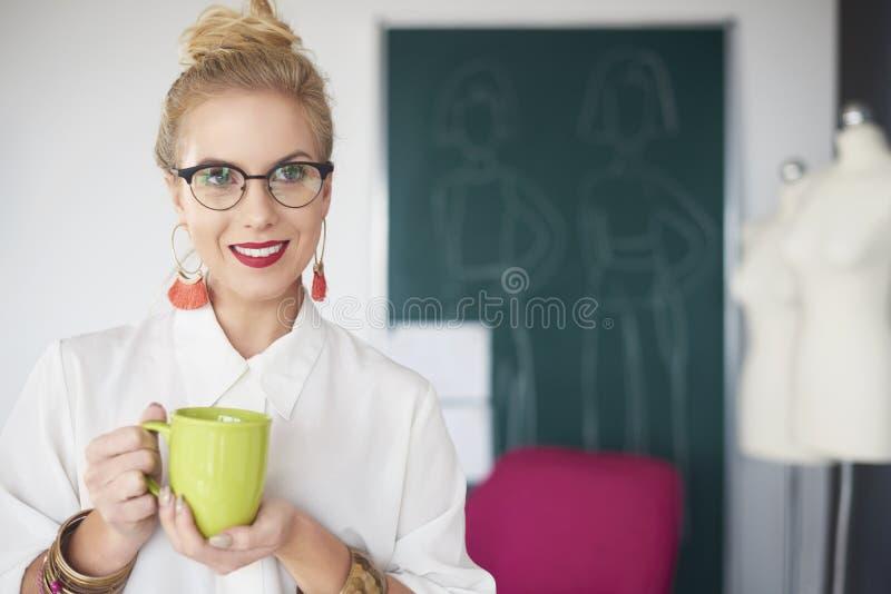 Mulher do artista que trabalha na oficina imagens de stock