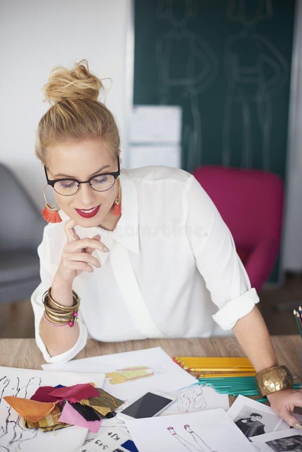 Mulher do artista que trabalha na oficina foto de stock royalty free