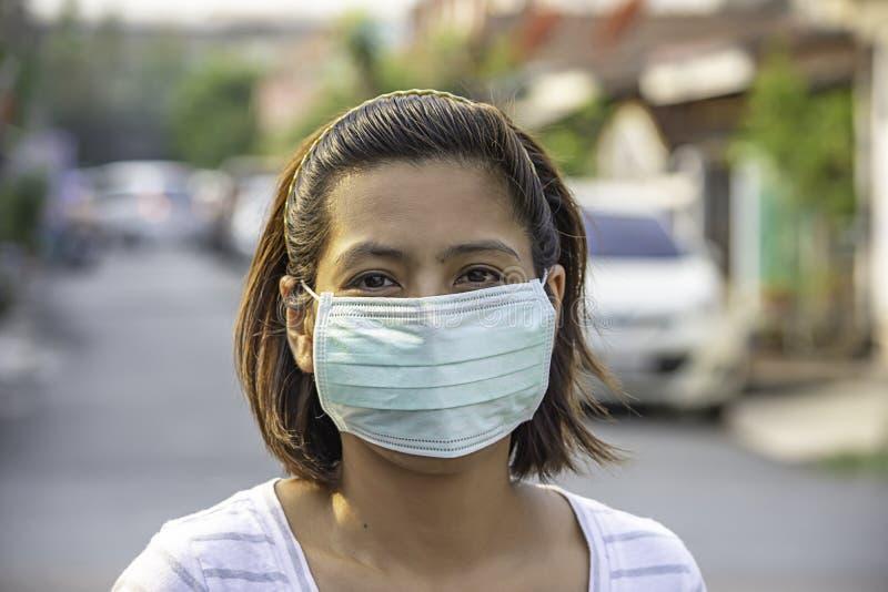 A mulher do Asean veste uma máscara para impedir a poeira em Banguecoque, Tailândia foto de stock royalty free