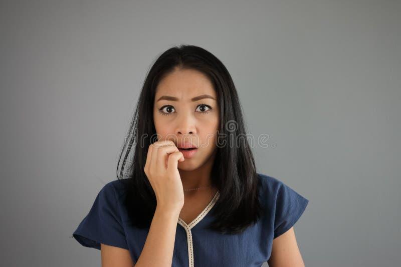 Mulher do asiático de choque e do medo fotos de stock