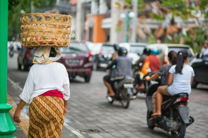 Mulher do Balinese em uma rua de Ubud foto de stock