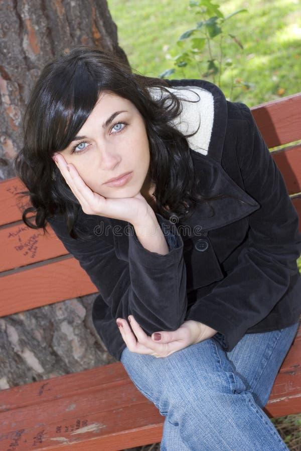 Mulher do banco de parque imagens de stock