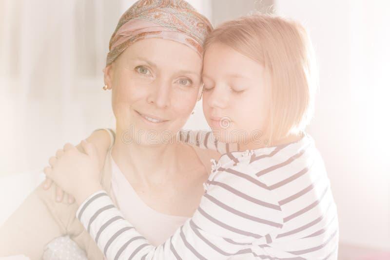 Mulher do câncer que tem o apoio da família foto de stock