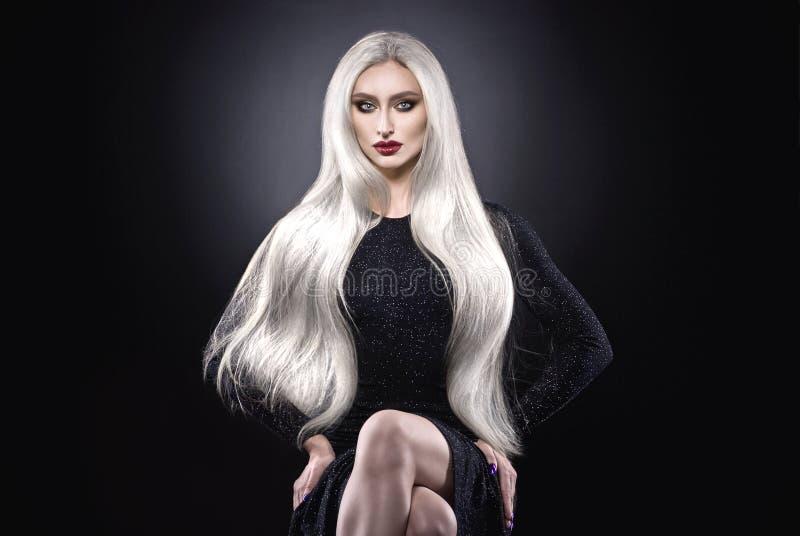 Mulher do cabelo louro da platina imagens de stock