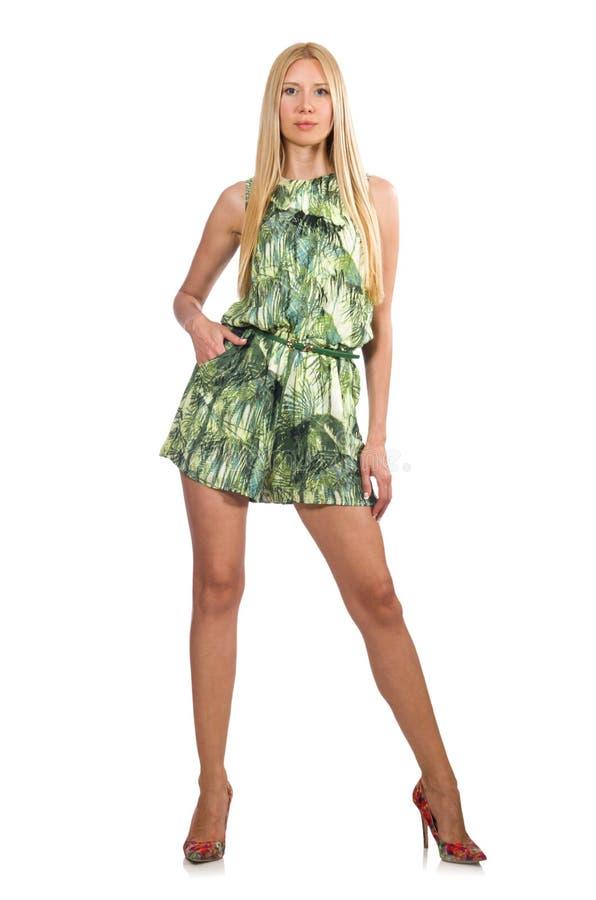 A mulher do cabelo louro que veste o vestido curto verde isolado no branco foto de stock