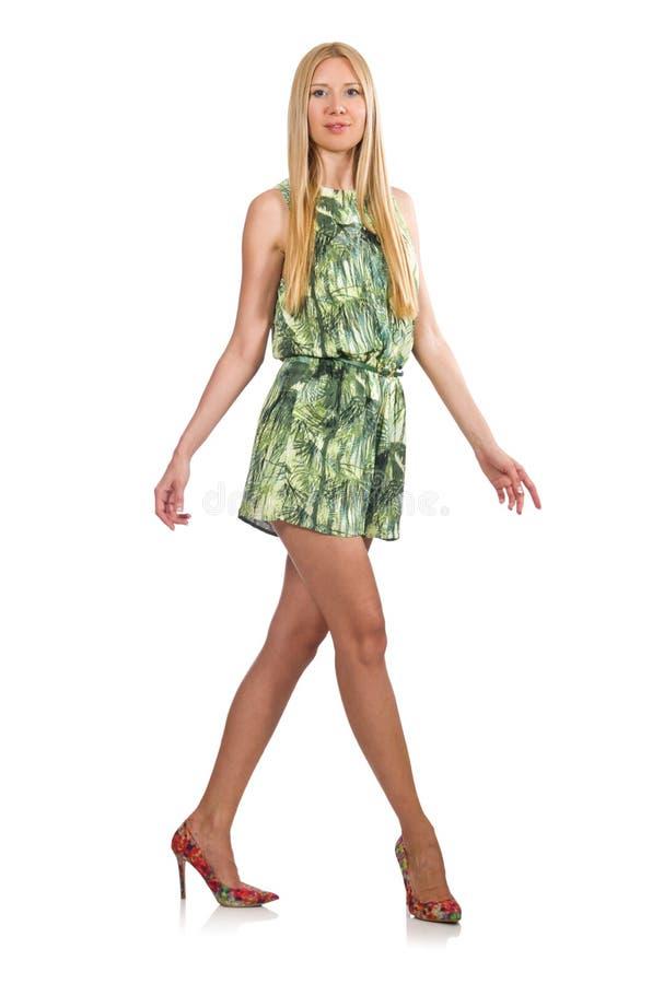 Mulher do cabelo louro que veste o vestido curto verde isolado no branco imagens de stock royalty free
