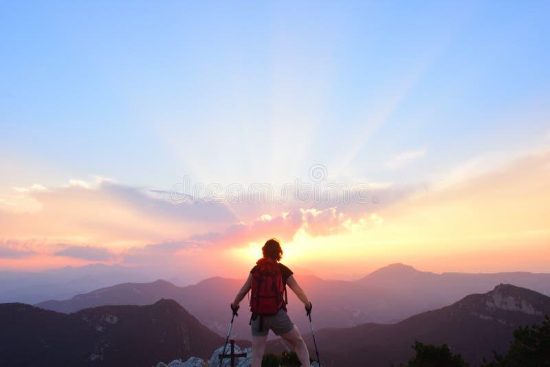 Mulher do caminhante que olha o por do sol imagens de stock royalty free