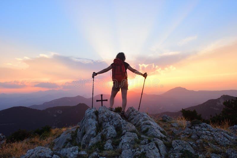 Mulher do caminhante que olha o por do sol foto de stock royalty free