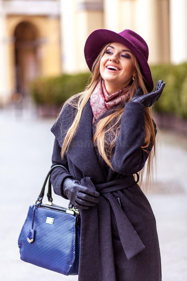 Mulher do cliente que ri fora na rua fotos de stock