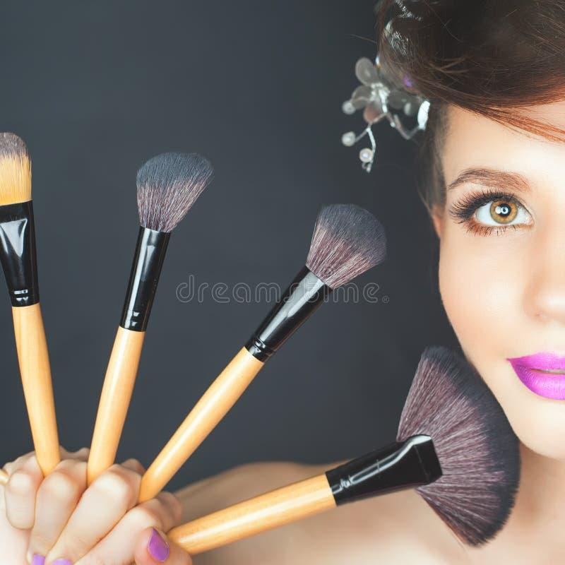 Mulher do close up no salão de beleza Composição da forma, penteado extravagante imagem de stock