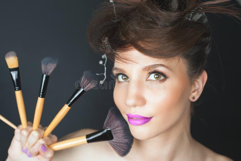 Mulher do close up no salão de beleza Composição da forma, penteado extravagante fotografia de stock