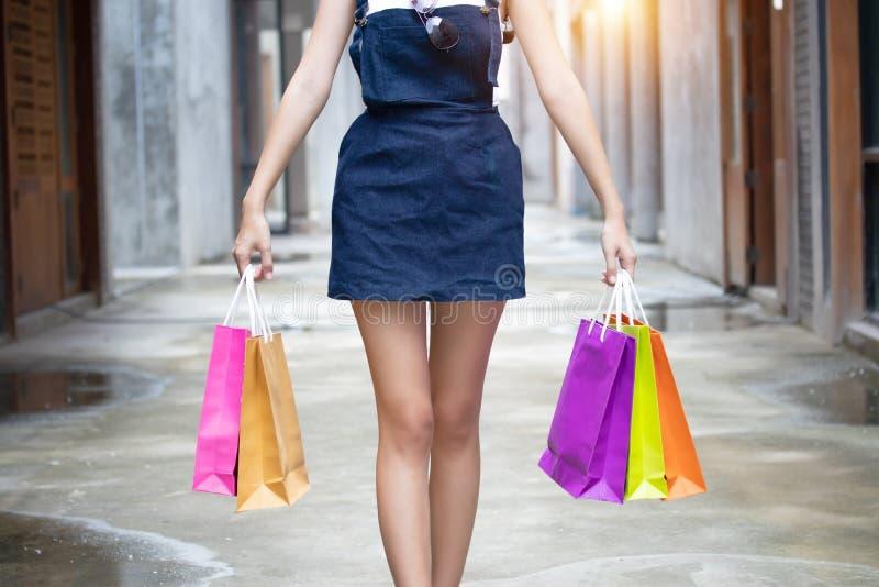 Mulher do close up que guarda sacos de compras Wi encantadores bonitos da mulher imagens de stock