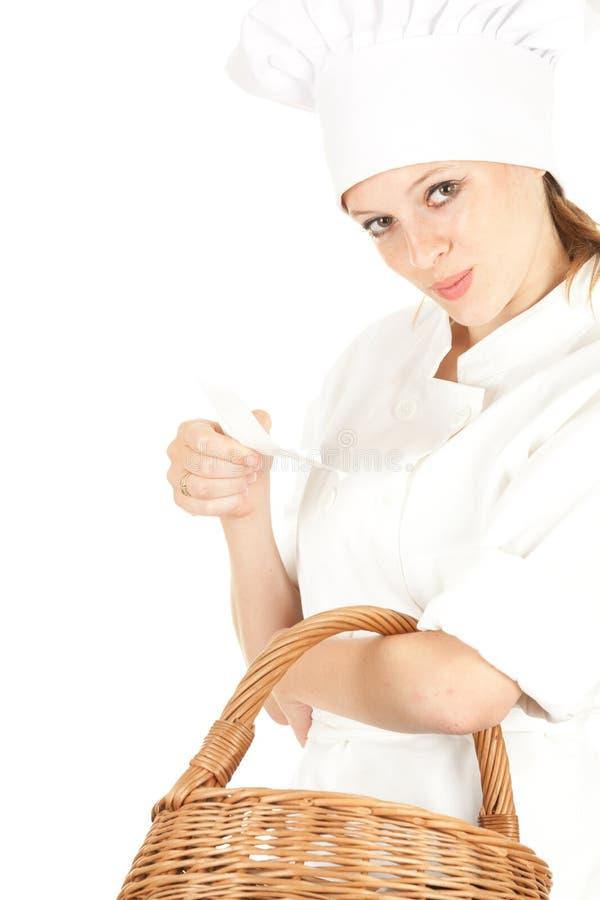 Mulher do cozinheiro com baske de vime imagem de stock royalty free
