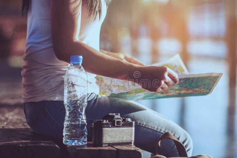 Mulher do curso de turista que olha o mapa fotografia de stock