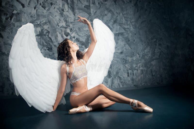 Mulher do dançarino de bailado no papel do anjo branco artístico imagem de stock