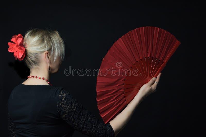 Mulher do dançarino do flamenco que guarda o fã vermelho imagem de stock royalty free