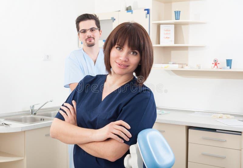 Mulher do dentista e assistente bonitos e seguros do homem fotos de stock royalty free