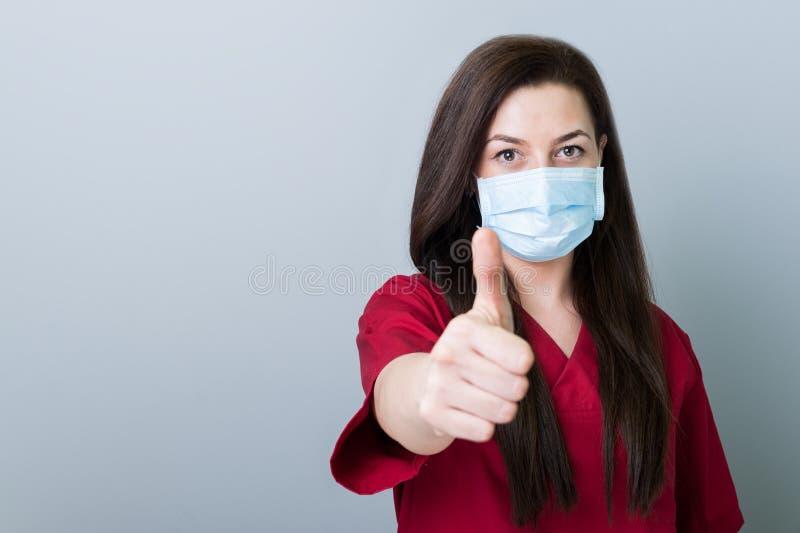 Mulher do dentista que mostra como o gesto no espaço cinzento da cópia imagens de stock royalty free