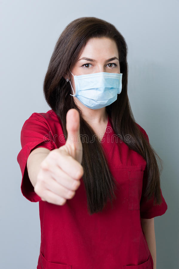 Mulher do dentista que mostra o thumbup fotos de stock royalty free