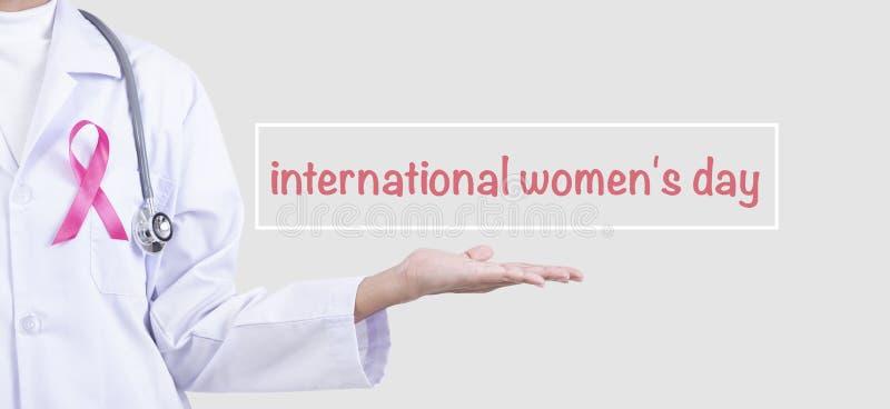 Mulher do doutor com a fita cor-de-rosa no símbolo de apoio da caixa da conscientização do câncer da mama e da campanha internaci ilustração do vetor