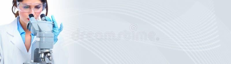 Mulher do doutor com microscópio ilustração do vetor