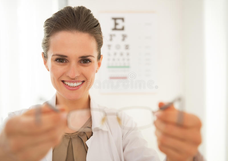 Mulher do doutor do oftalmologista que dá monóculos foto de stock royalty free