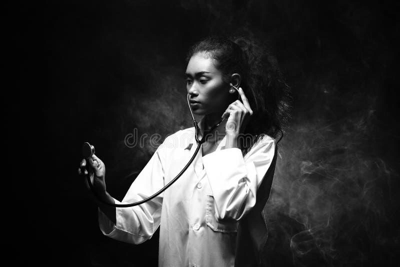 Mulher do doutor Nurse no uniforme com verificação ativa do cargo do estetoscópio imagem de stock royalty free