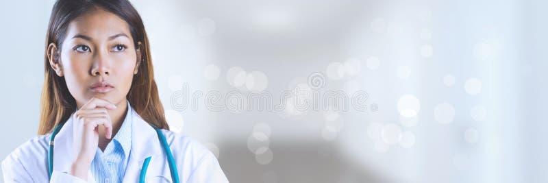 Mulher do doutor que pensa contra o fundo branco imagens de stock