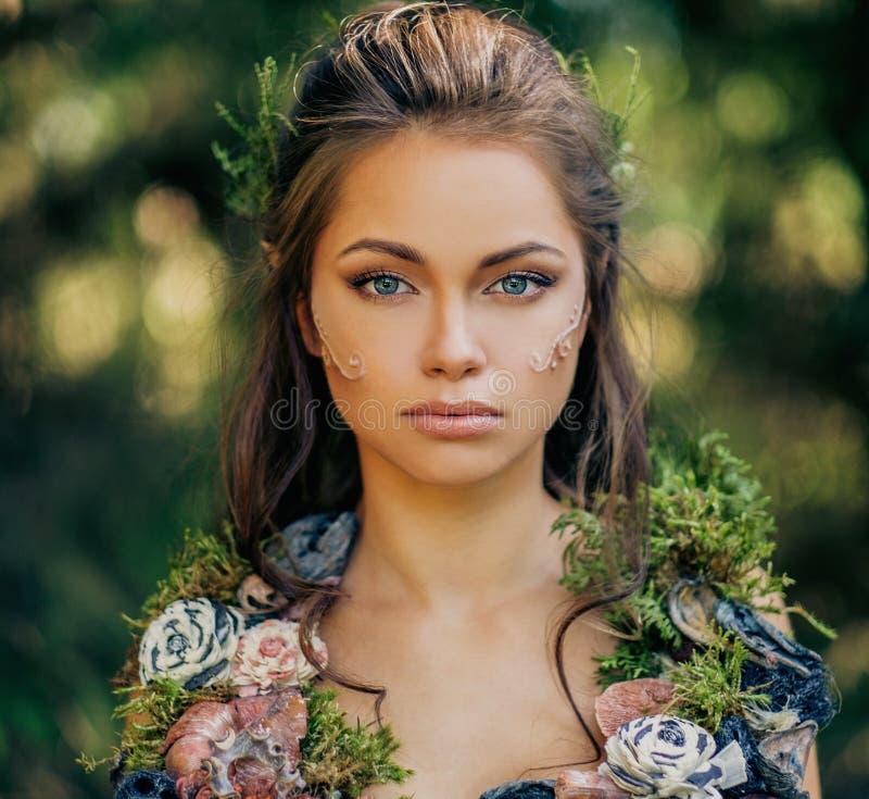 Mulher do duende em uma floresta foto de stock royalty free