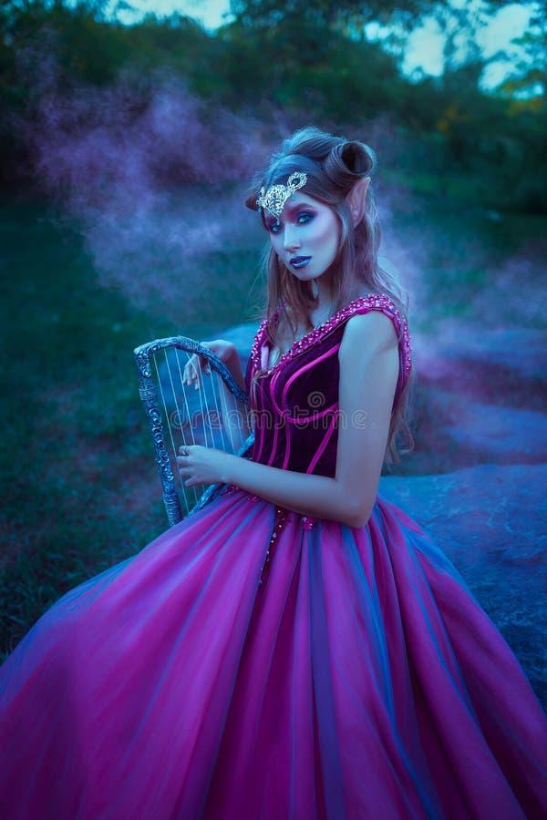 Mulher do duende no vestido violeta fotos de stock royalty free