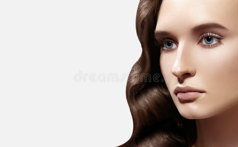 Mulher do encanto com composição diária fresca no branco Penteado ondulado Cabelo brilhante, pele limpa lisa, sobrancelhas natura fotografia de stock
