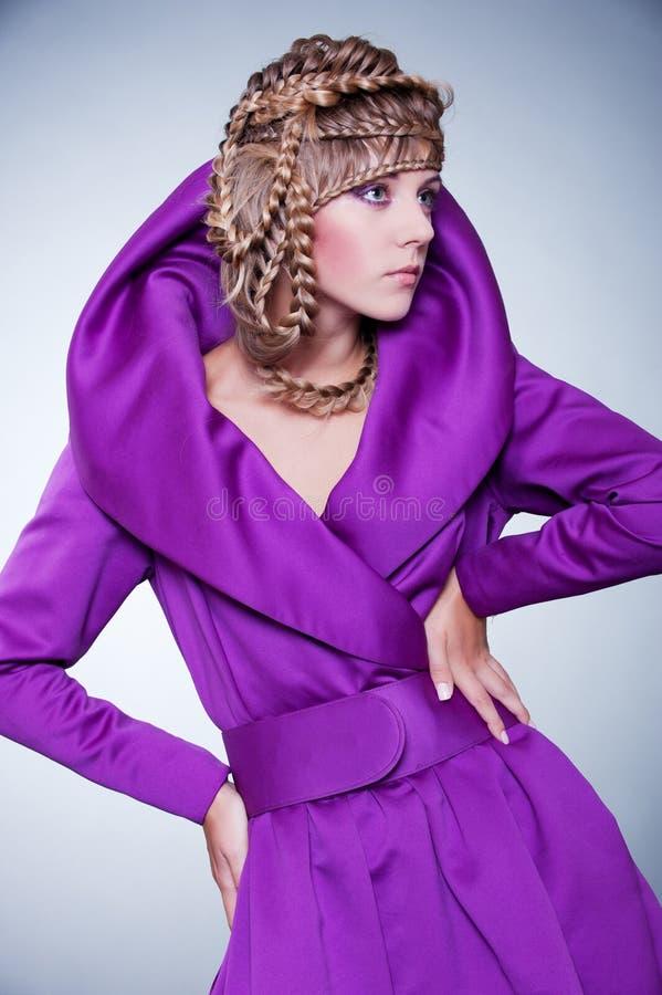 Mulher do encanto com penteado fotografia de stock royalty free