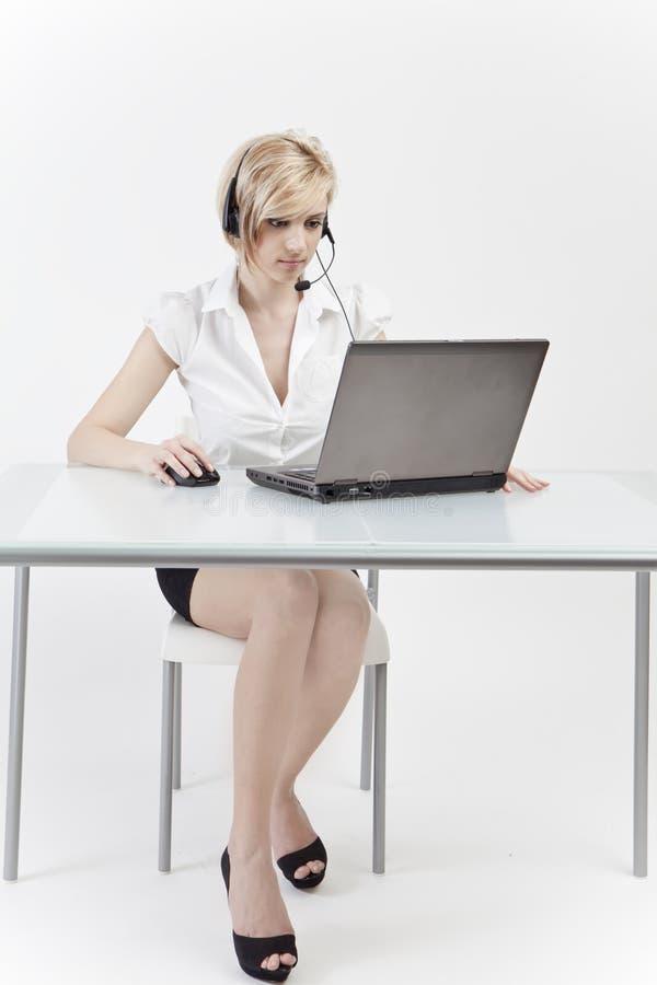 Mulher do escritório em sua mesa imagens de stock royalty free
