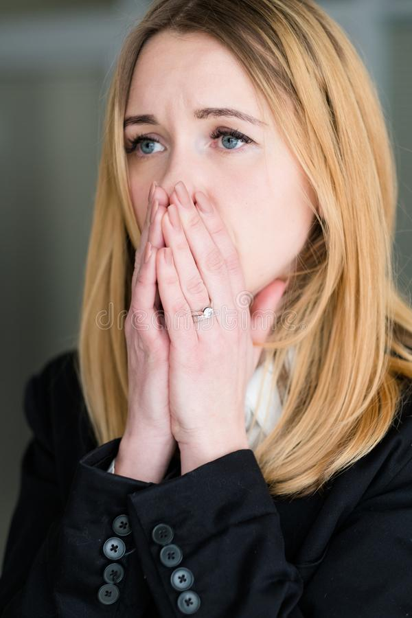 Mulher do esforço do desânimo da preocupação da ansiedade das más notícias da emoção foto de stock