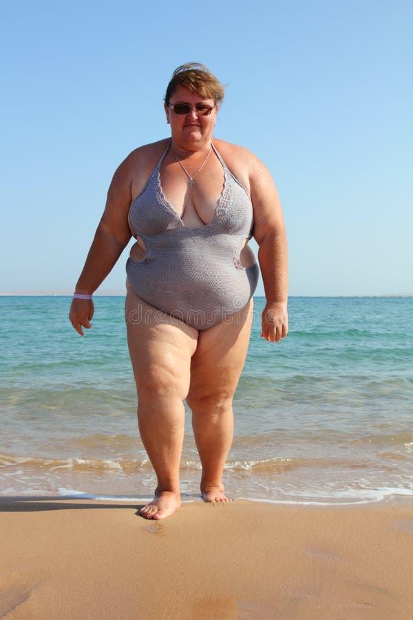 Mulher do excesso de peso na praia fotos de stock royalty free