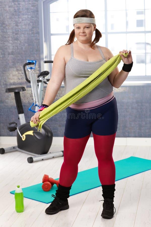 A mulher do excesso de peso preparou-se para o exercício na ginástica imagens de stock royalty free