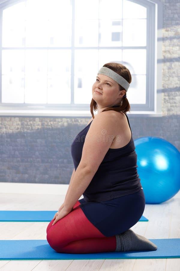 Mulher do excesso de peso que faz a ginástica imagens de stock