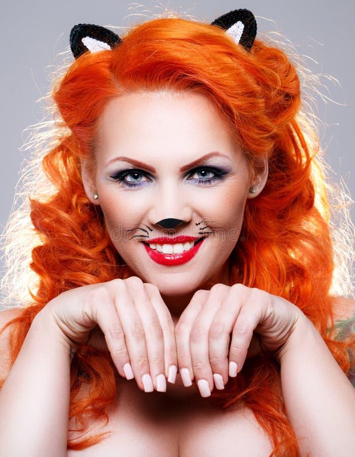 Mulher do gato com cabelo vermelho fotos de stock royalty free
