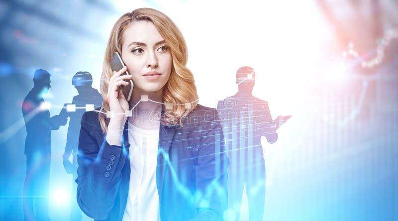 A mulher do gengibre no telefone e na equipe, representa graficamente imagens de stock royalty free