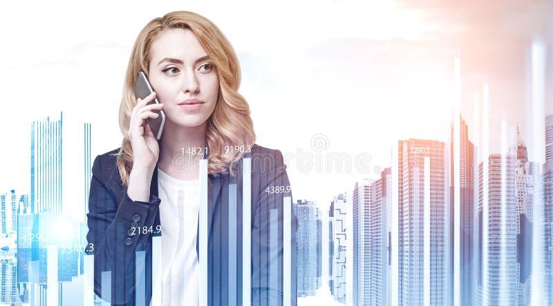 A mulher do gengibre no telefone, representa graficamente fotos de stock