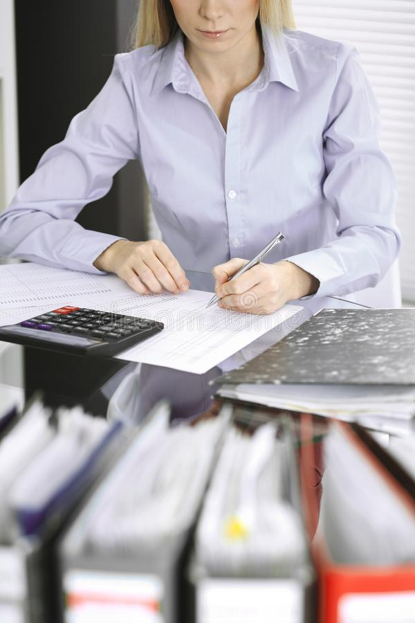 Mulher do guarda-livros ou inspetor financeiro que fazem o relat?rio, calculando ou verificando o equil?brio, close-up Neg?cio, a foto de stock