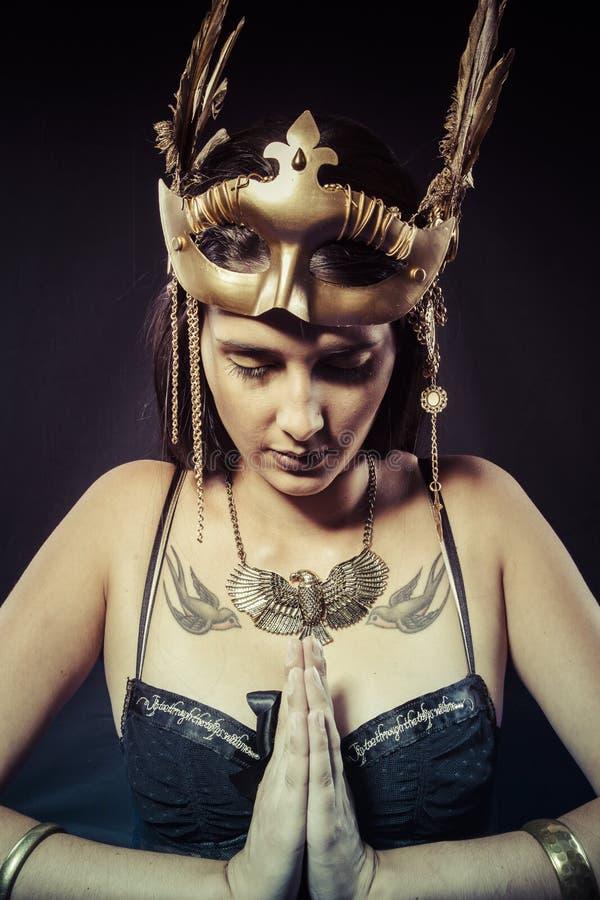 Mulher do guerreiro com máscara do ouro, morena longa do cabelo. Cabelo longo. Pro fotos de stock
