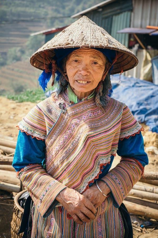 Mulher do hmong da flor do retrato no mercado de Cau da lata imagem de stock
