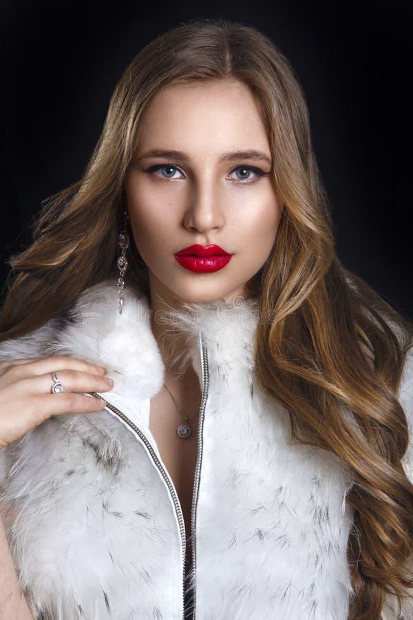 Mulher do inverno no casaco de pele luxuoso Modelo de forma Girl da beleza no Bl foto de stock royalty free