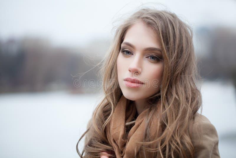 Mulher do inverno no fundo da natureza foto de stock royalty free