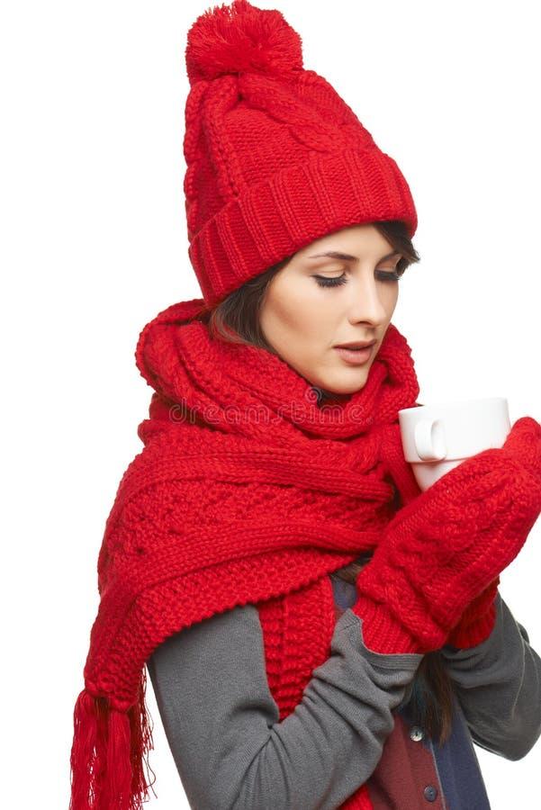 Mulher do inverno que guarda o copo de chá fotos de stock