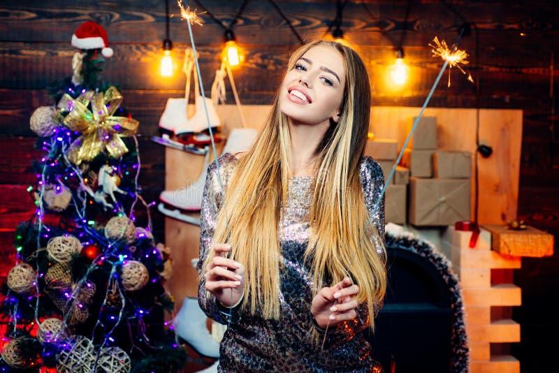 Mulher do inverno que veste o chapéu vermelho de Papai Noel Atmosfera do Natal da casa Expressões faciais das emoções humanas pos imagem de stock royalty free