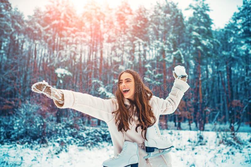 Mulher do inverno Retrato exterior da menina bonita nova com cabelo longo imagens de stock