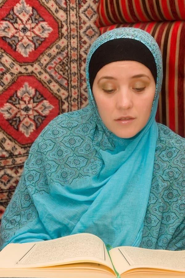 Mulher do Islão com Quran foto de stock